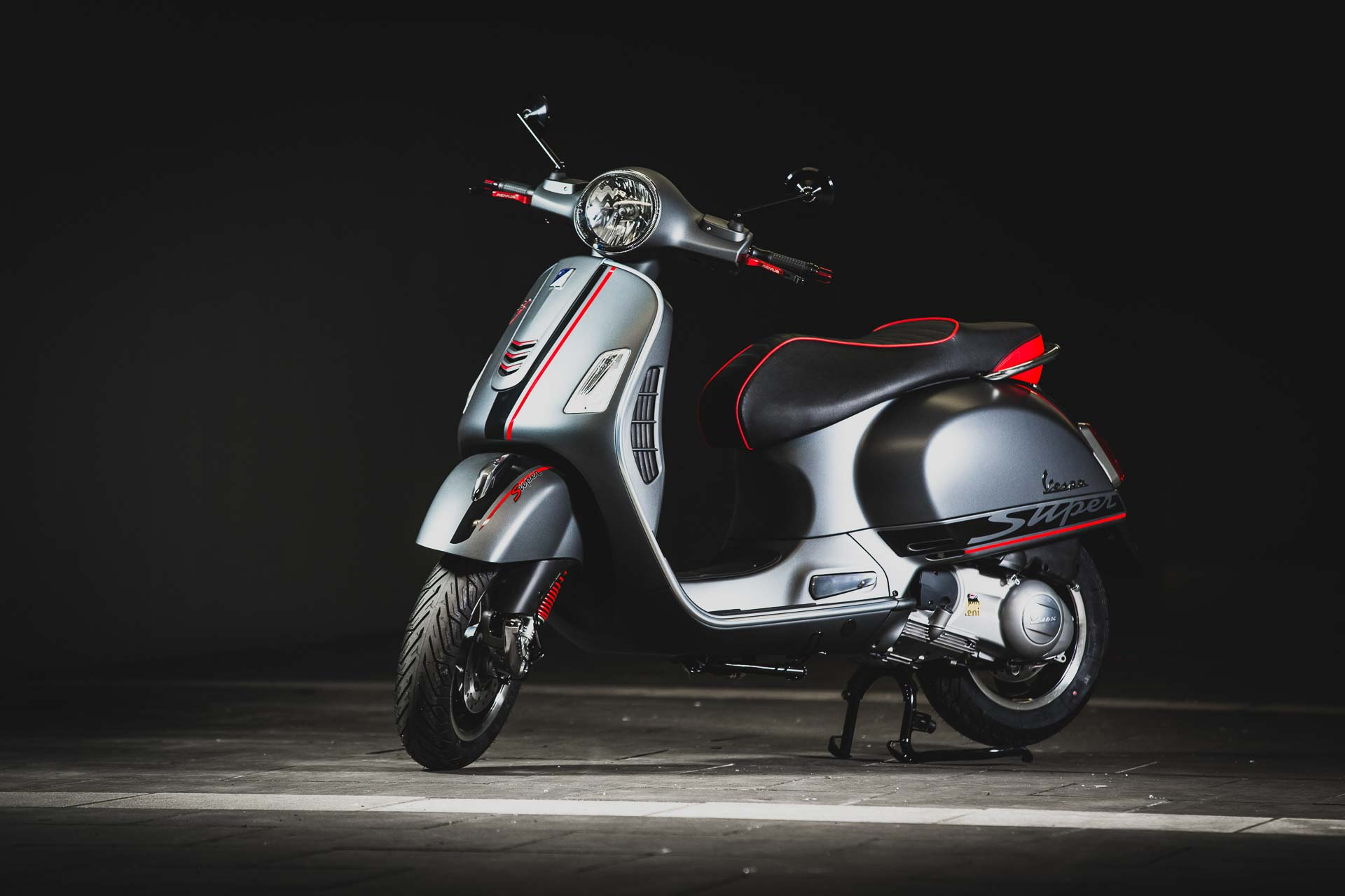Vespa Sprint Umbau super in matt grau und rot bei der Hall of Fame in Stuttgart